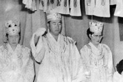 Вон Бок Че вместе с Истинным Отцом и Хан Хак Ча в короне